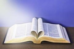 Hart dat met de bladeren van de Bijbel wordt gemaakt stock afbeelding