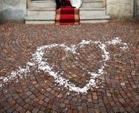 Hart dat met witte confettien wordt getrokken. Stock Foto's