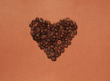 Hart dat van koffiebonen wordt gemaakt Stock Foto's