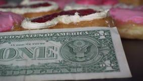 Hart donuts met Amerikaanse Nationale valutaamerikaanse dollar die wordt gevormd Liefde en Romaans concept stock footage