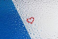Hart door waterdalingen op glas Stock Foto
