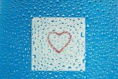 Hart door waterdalingen op glas Stock Foto's