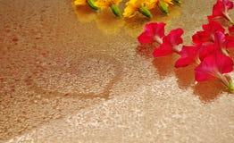 Hart en bloemen op een nat glas royalty-vrije stock afbeeldingen