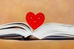 Hart en geopend boek, Bijbel Ik houd van boeken, Bible_ te lezen stock foto's