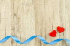 Hart en lint op houten achtergrond Royalty-vrije Stock Afbeeldingen