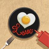 Hart gebraden ei met liefde het van letters voorzien Stock Fotografie