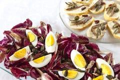 Hart gekochte Eier mit organischer roter Zichorie Lizenzfreies Stockfoto