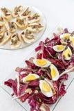 Hart gekochte Eier mit organischer roter Zichorie Lizenzfreie Stockfotos
