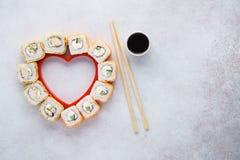 Hart gestalte gegeven reeks sushibroodjes voor de Dag van Valentine royalty-vrije stock fotografie