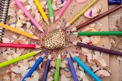 Hart gestalte gegeven voorwerp amid potloden en zijn spaanders royalty-vrije stock foto