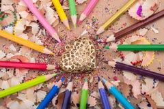 Hart gestalte gegeven voorwerp amid potloden en zijn spaanders royalty-vrije stock afbeeldingen