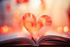Hart gevormd boek op bokehachtergrond Stock Afbeelding