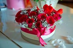 Hart gevormd boeket van mooie roze bloemen in de giftdoos Met de hand gemaakte roze en rode het hertvorm Valentine van boeketrose royalty-vrije stock afbeeldingen