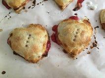 Hart Gevormd Cherry Tarts voor Valentijnskaarten stock afbeelding