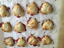 Hart Gevormd Cherry Tarts voor Valentijnskaarten royalty-vrije stock afbeelding