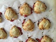 Hart Gevormd Cherry Tarts voor Valentijnskaarten royalty-vrije stock foto