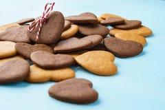 Hart gevormd die koekje als gift over een bos van koekjes wordt verfraaid stock afbeeldingen