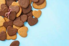 Hart gevormd die koekje met streng over een bos van koekjes wordt verfraaid royalty-vrije stock fotografie