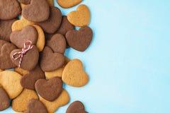 Hart gevormd die koekje met streng over een bos van koekjes wordt verfraaid stock fotografie