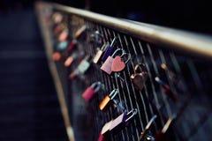 Hart gevormd hangslot op brug in München stock foto's