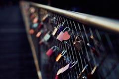 Hart gevormd hangslot op brug in München stock foto