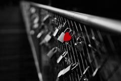 Hart gevormd hangslot op brug in München stock afbeelding