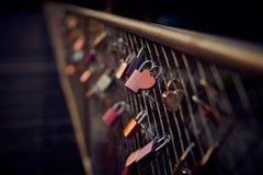 Hart gevormd hangslot op brug in München stock fotografie