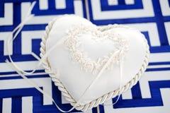 Hart gevormd huwelijkshoofdkussen voor bruid en bruidegomringen royalty-vrije stock foto