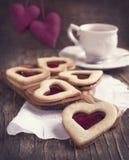 Hart gevormd koekje met jam stock afbeelding