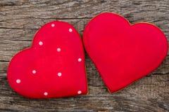 Hart gevormd koekje voor valentijnskaartdag op rustieke houten lijst Royalty-vrije Stock Foto's