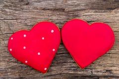 Hart gevormd koekje voor valentijnskaartdag op rustieke houten lijst Royalty-vrije Stock Foto