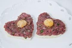 Hart gevormd rundvlees tartare stock fotografie