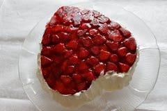 Hart gevormde bisccuit cake met aardbeigelei op witte achtergrond Royalty-vrije Stock Foto's