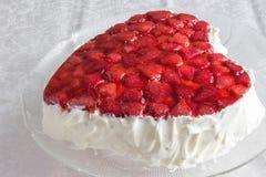 Hart gevormde bisccuit cake met aardbeigelei op witte achtergrond Stock Foto's