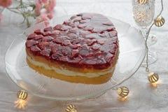 Hart gevormde bisccuit cake met aardbeigelei op witte achtergrond Stock Afbeelding