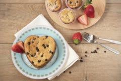 Hart Gevormde Cake Chocolade Behandelde Aardbeimuffins Stock Afbeelding