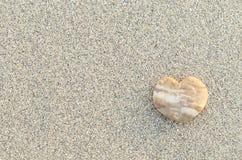 Hart Gevormde Kiezelsteen op het Strand Stock Afbeelding