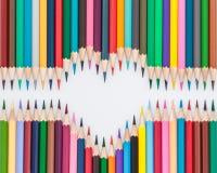 Hart gevormde kleurpotloodpotloden Stock Afbeeldingen