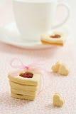 Hart gevormde koekjes met jam Stock Fotografie