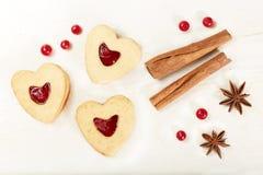 Hart gevormde koekjes met jam Royalty-vrije Stock Afbeeldingen