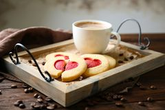 Hart gevormde koekjes met kop van koffie op dienblad, stock afbeeldingen