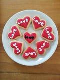 Hart gevormde koekjes voor valentijnskaartendag Stock Foto's