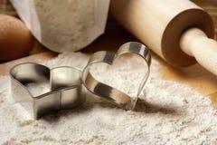 Hart gevormde koekjessnijders stock afbeelding