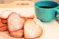 Hart gevormde muffins in uitstekende plaat Stock Fotografie
