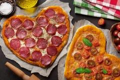 Hart gevormde pizza stock foto