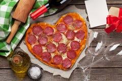 Hart gevormde pizza stock fotografie