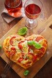 Hart gevormde pizza met rode wijn Royalty-vrije Stock Afbeeldingen