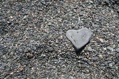 Hart gevormde rots op strand Stock Foto