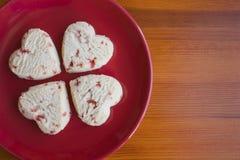 Hart gevormde shortcake koekjes met aardbei het vullen. Stock Afbeeldingen
