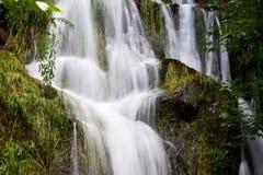 Hart gevormde waterval in bergen Stock Fotografie